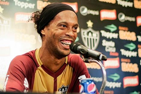 Coca-Cola rompe un contrato millonario con Ronaldinho por Pepsi