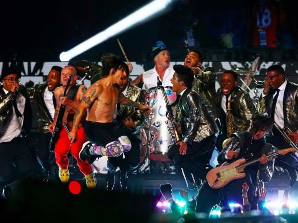 Bruno Mars y los Red Hot Chili Peppers en la final de la superBowl