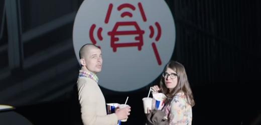 Volkswagen avisa a todos de que llegas tarde al cine