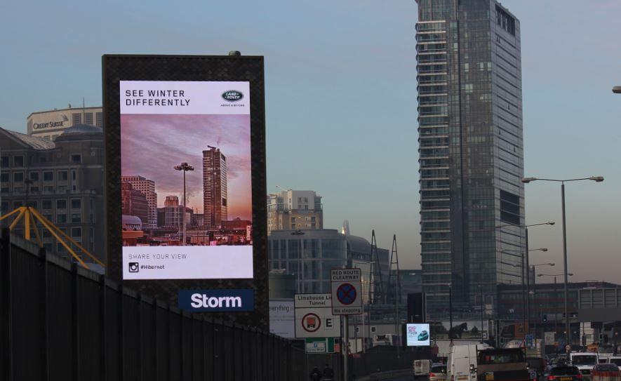 Vallas digitales de Land Rover añaden filtros a las calles de una ciudad inglesa